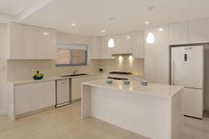 A kitchen or kitchenette at Greenacre Villas - Sydney