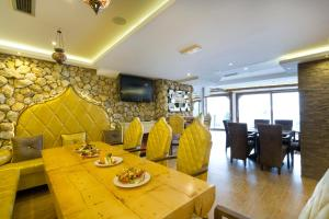 A restaurant or other place to eat at MujEn Comfort Apartments