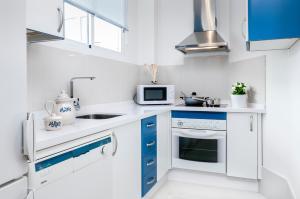 A kitchen or kitchenette at Genteel Home Maestranza