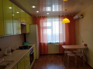 Кухня или мини-кухня в Apartment Lenina 201