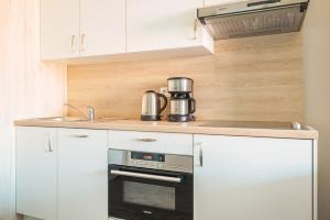 Een keuken of kitchenette bij Holiday Suites Westende