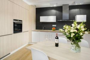 A kitchen or kitchenette at Design Apart Centrum