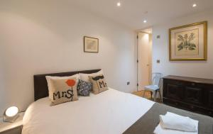 A bed or beds in a room at Portobello Mews House