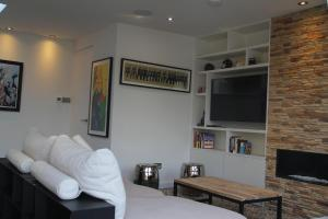 A kitchen or kitchenette at High-End 2 bedroom Penthouse Flat in West London