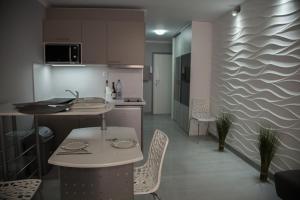 A cozinha ou kitchenette de Studio 2 steps from the beaches