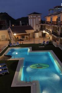 Vista de la piscina de Apartamentos Turisticos Aguilas de los Collados o alrededores