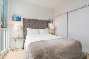 A bed or beds in a room at Diamond Vacation Homes - City Place