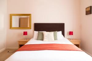 A bed or beds in a room at Norwich Street Apartments (Peymans)