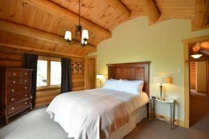 A bed or beds in a room at Chalet Grand Manitou
