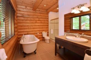 A bathroom at Chalet Grand Manitou
