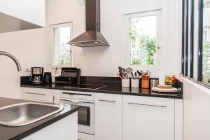 A kitchen or kitchenette at Maison Antoinette