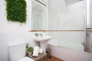 A bathroom at SingularStays Botanico29