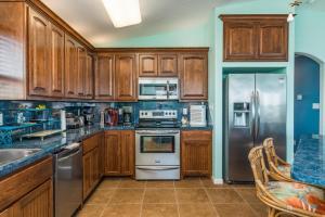 A kitchen or kitchenette at Crystal Cottage
