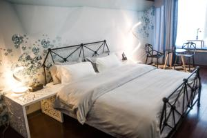 A bed or beds in a room at Wuhan 38.6° Hotel
