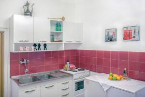 A kitchen or kitchenette at Cozy Central Apartment