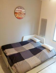 A bed or beds in a room at Charmant Appartement au centre ville