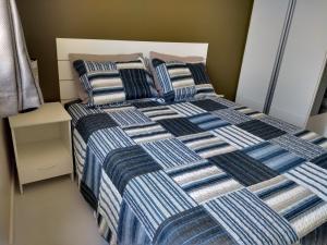 A bed or beds in a room at Studio Atlântica Vista para o Mar