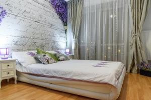 A bed or beds in a room at University Central by Orchid Garden