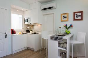 A kitchen or kitchenette at Apartamentos Plaza Nueva