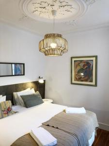 A bed or beds in a room at Bairro Alto Comfort Gloria