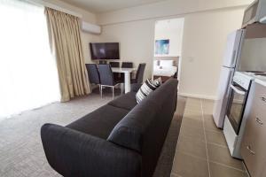A seating area at Adina Place Motel Apartments