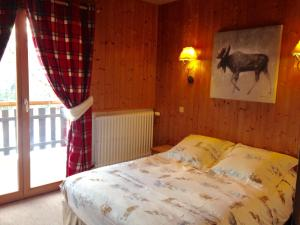 A bed or beds in a room at Chalet la Tovasse