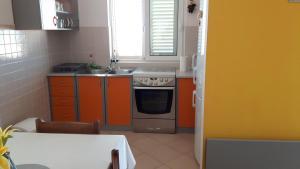A kitchen or kitchenette at Apartment Makarska 6850a