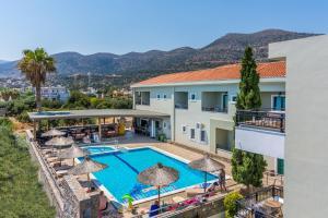 Uitzicht op het zwembad bij Dias Hotel & Apts of in de buurt