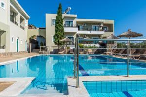 Het zwembad bij of vlak bij Dias Hotel & Apts
