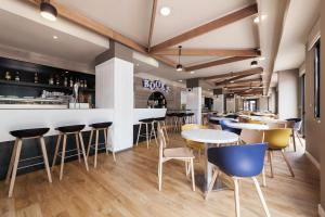 The lounge or bar area at Compostela Suites