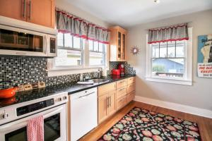 A kitchen or kitchenette at Olive Gate 1232