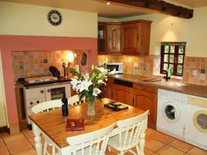 A kitchen or kitchenette at Lanthwaite Green Old Farmhouse