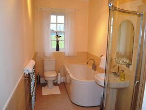 A bathroom at Lanthwaite Green New Farmhouse