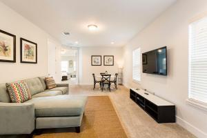Coin salon dans l'établissement 1037 Reunion Resort 5 Bedroom Villa