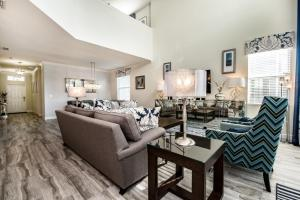 Coin salon dans l'établissement 4755 Storey Lake Resort 5 Bedroom Villa