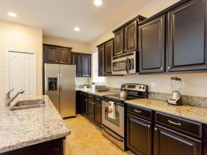 Cuisine ou kitchenette dans l'établissement 8866 Paradise Palms 5 Bedroom Villa