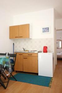 A kitchen or kitchenette at Apartment Trpanj 10180c