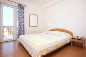 A bed or beds in a room at Apartment Trpanj 10180c