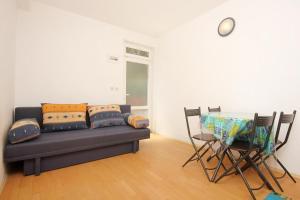 A seating area at Apartment Trpanj 10180c