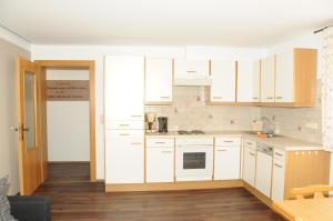 A kitchen or kitchenette at Appartement Kathrins Laden