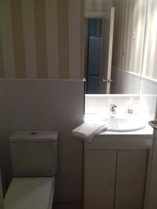 A bathroom at El Hogar del Prado