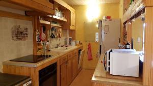 Cuisine ou kitchenette dans l'établissement La fontaine