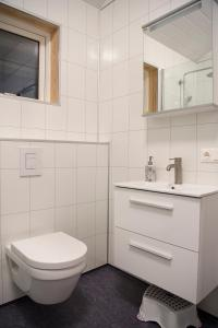 A bathroom at Bryggjur