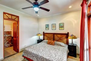 A bed or beds in a room at La Paloma Blanca C3