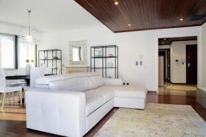 A seating area at Parque das Nações - Fil Pool Apartment