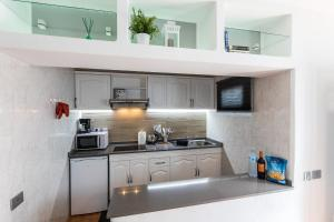 A kitchen or kitchenette at Green bungalow