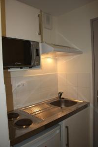 A kitchen or kitchenette at Résidence d'Artagnan