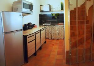"""A kitchen or kitchenette at """"Feet in water"""" TROIS-ILETS appart de charme"""