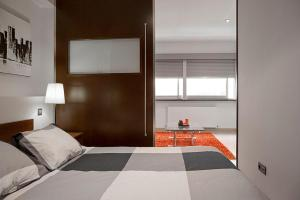 A bed or beds in a room at Serrano Loft