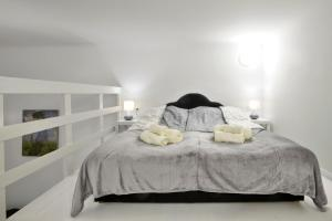 A bed or beds in a room at Five Seasons Apartments